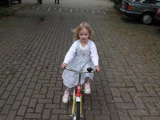 Jasmijn on the bicycle